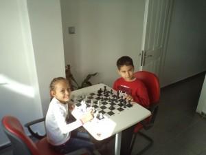 Satranç oynayan öğrencilerimiz